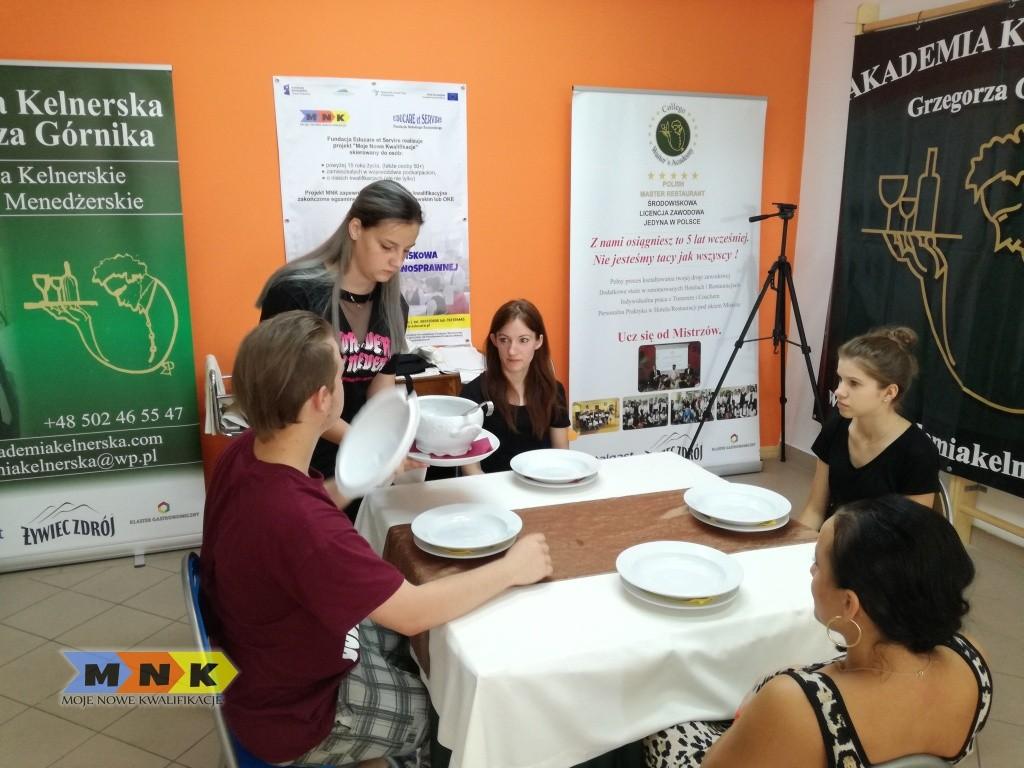 Młodzi kelnerzy trenuja obsługe pod okiem mistrza Grzegorza Górnika z Akademii Kelnerskiej