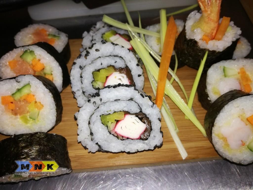 Do sushi podaje się sos sojowy do maczania, zielony japoński chrzan wasabi
