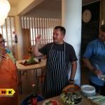 Mistrz Piotr Bassara uczy jak używać pałeczek